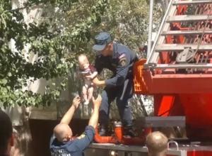 Спасение грудничка мужественным сотрудником МЧС из задымленного дома попало на видео в Волгограде