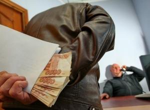 Волгоградская область продолжает лидировать по количеству взяток в России