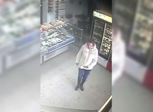 Мать-убийцу новорожденной малышки ищут по видео в Михайловке