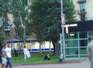 В центре Волгограда губернатора Андрея Бочарова публично обвинили в сносе парка вдов