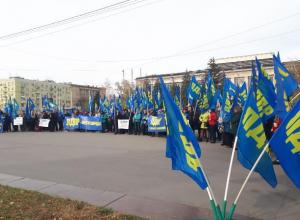 Только одна партия в Волгограде торжественно отметила День народного единства, остальные стесняются
