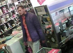 В Волгоградской области попал на видео любитель не платить за покупки в ювелирном магазине