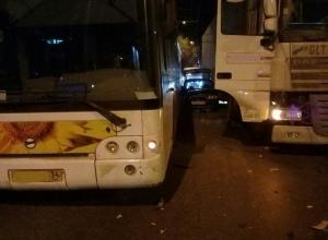 На юге Волгограда произошла авария-бутерброд: легковушку зажали автобус и большегруз