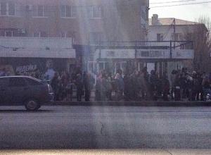 Толпы волгоградцев стоят в ожидании автобусов в Волгограде
