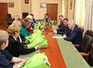 Волгоградский губернатор подарил женщинам улыбку к 8 марта