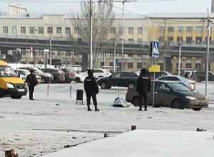 Оператор РЖД скончалась на остановке у железнодорожного вокзала Волгограда