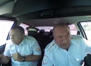 На видео попал момент ранения полицейского в голову во время погони за налетчиками в Камышине