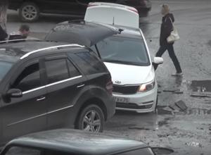 Провалившаяся под асфальт иномарка попала на видео в Волгограде
