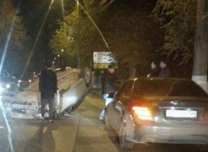 В центре Волгограда автомобиль перевернулся на крышу после аварии