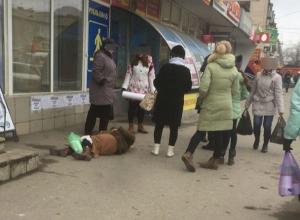 Молодые волгоградцы проходили мимо лежащей на асфальте пожилой женщины