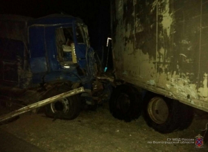 46-летний мужчина погиб в ДТП с тремя грузовиками и легковушкой под Волгоградом