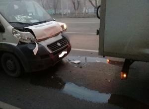 Маршрутка протаранила стоящую «Газель» на проспекте Ленина в Волгограде