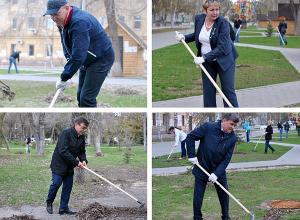 Волгоградские депутаты устроили фотоссесию с граблями в центре города