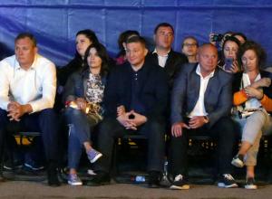 Губернатор Андрей Бочаров сводил супругу на концерт Uma2rmaH