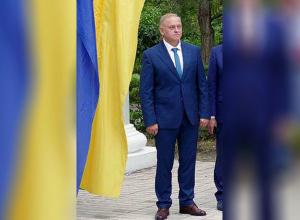 У мэра Волжского требуют объяснений после фотографирования на фоне флага Украины
