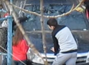 Шестичасовые издевательства детей над чужим авто сняли очевидцы на юге Волгограда