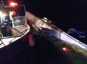 Разбившийся у волгоградского речпорта катамаран подняли на поверхность и пригнали к берегу