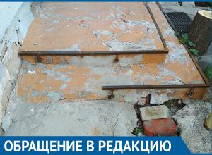 Куски арматуры впиваются в ноги жильцов во дворе дома на западе Волгограда