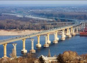 На «танцующем мосту» Волгограда под колеса авто попал 12-летний ребенок, - очевидцы