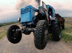 Тракторист протаранил ВАЗ под Волгоградом: два человека пострадали