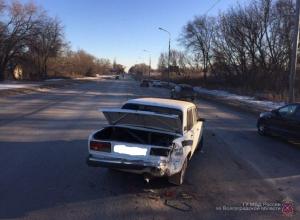 Лихач на «Приоре» отправил в больницу водителя сломавшейся «семерки» на юге Волгограда