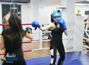 Участница «Мисс Блокнот Волгоград-2017» Кристина Плехова выбила кулаками победу у Екатерины Губаревой