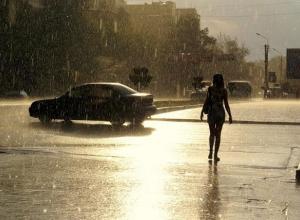 Иссушенный солнцем Волгоград радуется дождливым дням