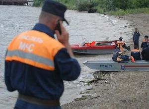 Службы спасения и МЧС ищут рухнувший в Волгу вертолет