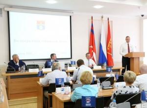 На своем последнем заседании волгоградские депутаты обсудили оркестр и вручили друг другу грамоты