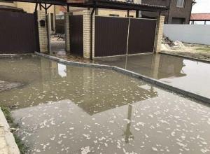 Из-за коммунальной аварии фекалии затопили улицу на западе Волгограда