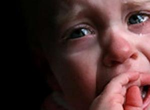 Мать троих детей из Волжского избивала малышей лицом об шкаф