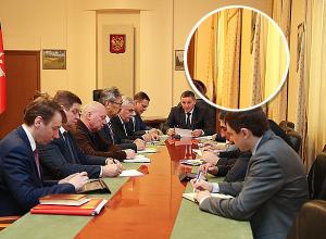 Андрей Бочаров совещается на фоне занавесок в горошек