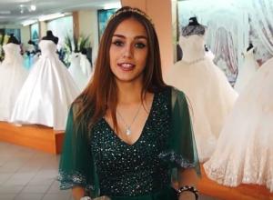 Александра потерялась в выборе платьев мечты на выпускной