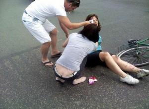 Лихач бросил на дороге в Волгограде сбитую пенсионерку-велосипедистку