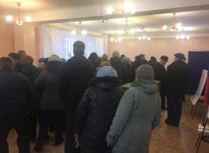 Волгоградцы бросают в урны незаполненные бюллетени из-за очередей в кабинки для голосования