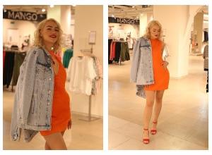 Стилисту понравилось сочетание вечернего платья и джинсовой куртки на волгоградской красавице