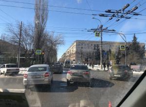 ДТП с двумя иномарками парализовало движение в центре Волгограда