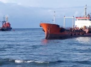 Капитан танкера с помощником перекачали 20 тонн нефти в Волгограде