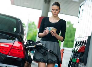 Цены на  бензин растут бешеными темпами, - волгоградцы
