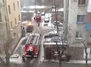 Очевидцы сняли на видео пылающую иномарку в центре Волгограда