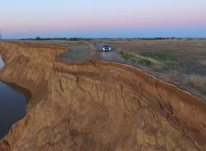 Потрясающее видео дороги в никуда сняли с высоты птичьего полета под Волгоградом