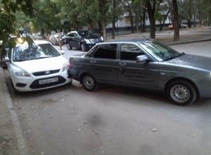 В центре Волгограда столкнулись два автомобиля без водителей