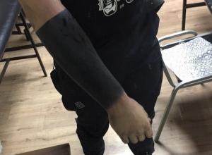 Волгоградцы осудили парня, забившего руку в черный цвет