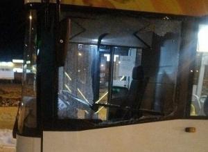Неадекватный лихач на «шестерке» разбил стекло у нового автобуса в Волгограде