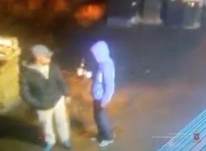 Избивших женщину бутылкой волгоградцев ищут по фото с места преступления