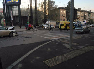В центре Волгограда иномарка протаранила «Скорую помощь»