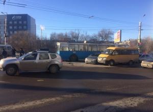 В Волгограде образовалась крупная пробка из-за ДТП троллейбуса, маршрутки и иномарки