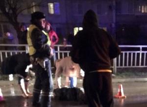 В вечерней мгле два пешехода в темном попали под авто в Волгограде
