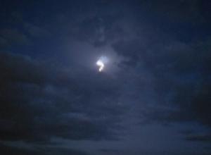 Волгоградцы активно обсуждают необычное свечение на небе