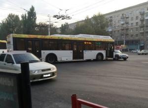 Автобус «Питеравто» протаранил «Ладу» в центре Волгограда
